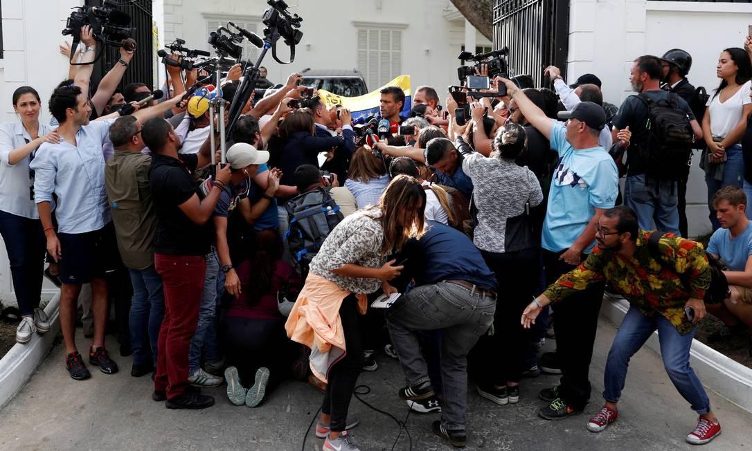 Proteção. Na porta da embaixada espanhola, López dá entrevista: líder do Primeiro Justiça participa das decisões da oposição venezuelana mesmo sem poder sair às ruas do país sob risco de prisão Foto: CARLOS GARCIA RAWLINS / REUTERS