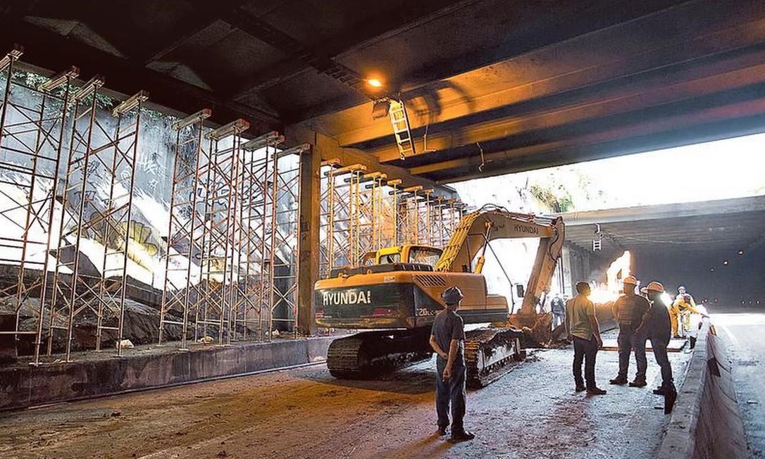 Túnel Acústico Rafael Mascarenhas é parcialmente liberado: operários trabalham para construir muro de aço para reforçar estrutura do local Foto: Márcia Foletto / Agência O GLOBO