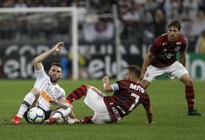 Éverton Ribeiro e Boselli disputam a bola sob olhares de Rodrigo Caio Foto: Ricardo Moreira / Zimel Press
