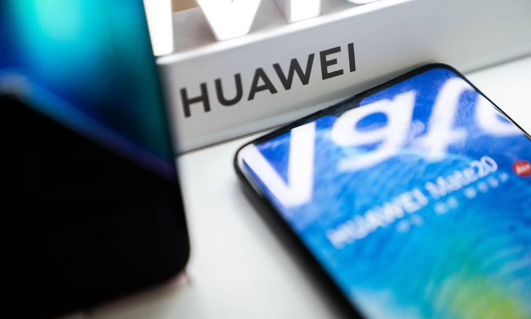 Loja com aparelhos Huawei em Pequim. Prevendo sanções, empresa fez três meses de estoque Foto: AFP
