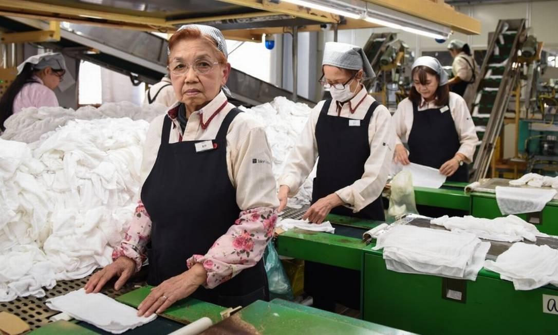 Aos 78 anos, Mikiko Kuzuno foi contratada há três anos por uma fábrica de toalhas Foto: Bloomberg