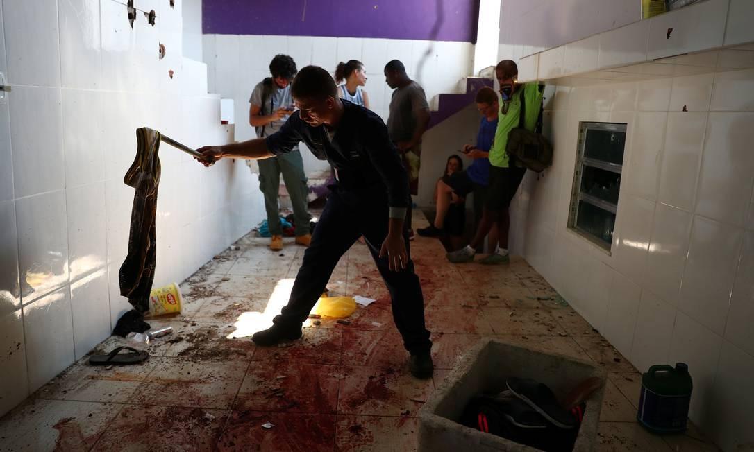 Moradores limpam local onde jovens foram mortos por policiais no Fallet Foto: PILAR OLIVARES / Reuters