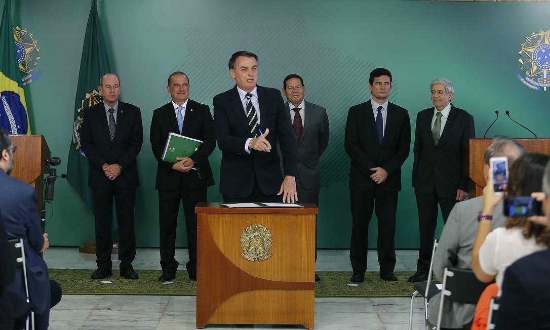 Em 15 de janeiro, Bolsonaro assina seu primeiro decreto: registro, posse e comercialização de armas de fogo Foto: Jorge William / Agência O Globo