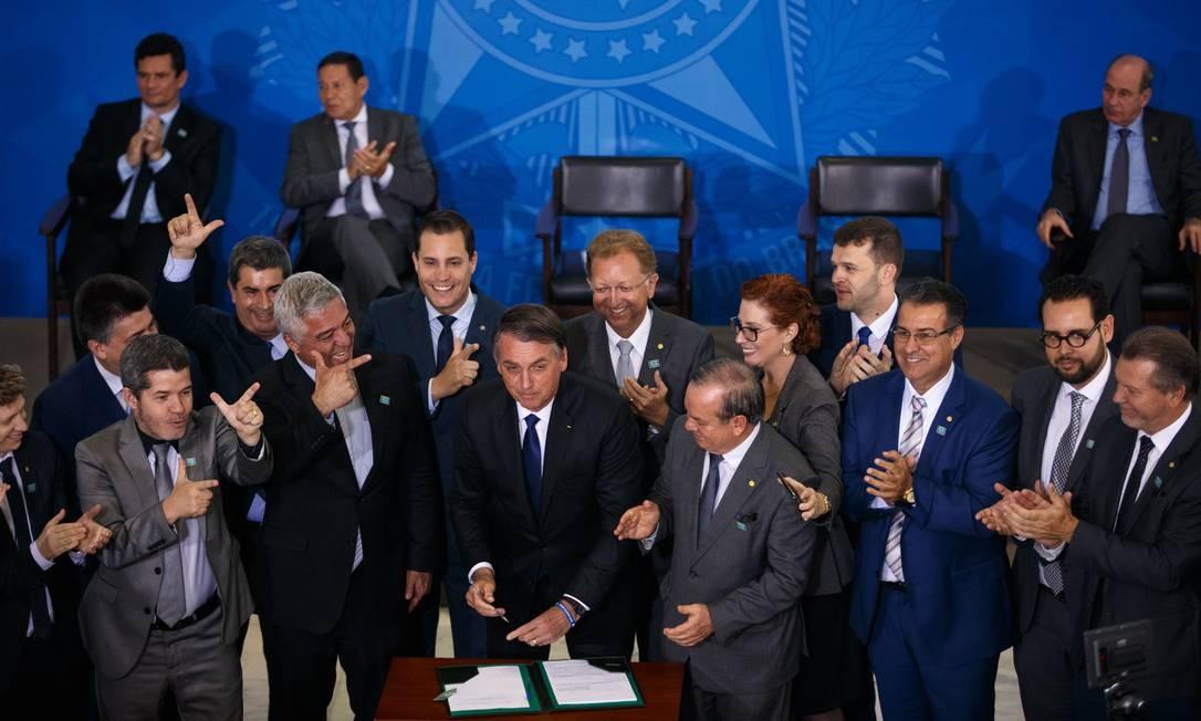 O presidente assina decreto que flexibiliza as regras para posse e porte de armas 07/05/2019 Foto: Daniel Marenco / Agência O Globo