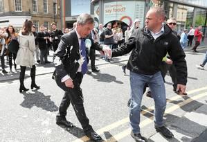 Líder do Partido do Brexit, Nigel Farage, gesticula após ter sido atingido por milkshake em Newcastle Foto: Scott Heppell / REUTERS