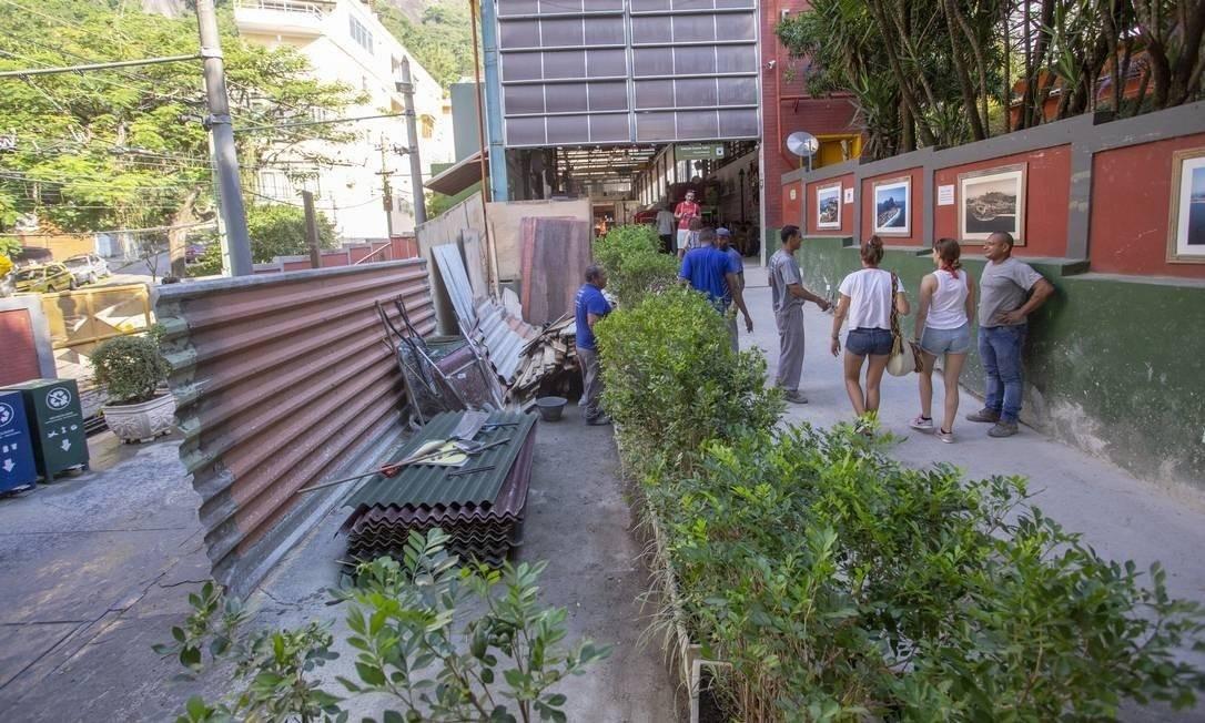 Operários trabalhando na reforma da área interna da estação Cosme Velho do Trem do Corvocado. Arquivo: 06-05-2019 Foto: Bruno Kaiuca / Agência O Globo