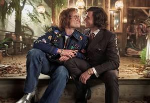 Elton John conhece John Reid em cena divulgada Foto: Divulgação