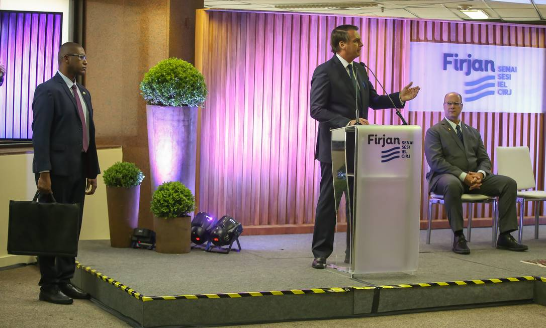 Bolsonaro discursa após receber a Medalha do Mérito Industrial da Firjan Foto: Marcelo Regua / Agência O Globo