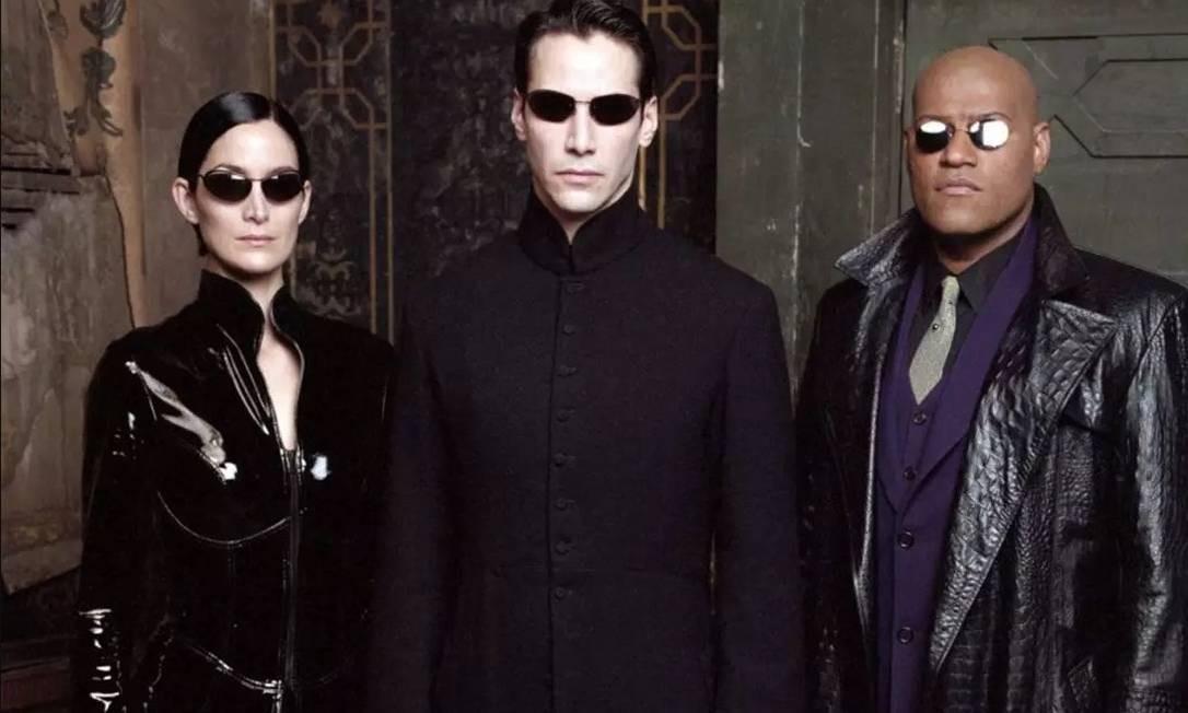 """Carrie-Anne Moss, Keanu Reeves e Lawrence Fishburne em cena de """"Matrix"""" (1999) Foto: Divulgação"""