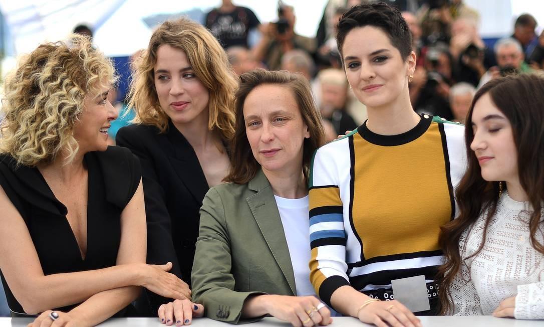 A diretora francesa Céline Sciamma (centro, de verde), com as atrizes Valeria Golino, Adele Haenel, Noemie Merlant e Luana Bajrami (da esq. para a dir.) Foto: LOIC VENANCE / AFP