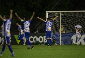 Jogadores do Avaí comemoram o gol do empate contra o Vasco Foto: Alexandre Cassiano
