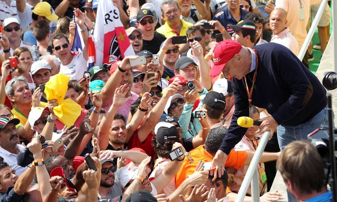 Arquivo 09/12/2014, No Grande Prêmio Brasil uma cena inusitada. O ex-piloto Niki Lauda recebe um alicate de um torcedor da Ferrari Foto: Michel Filho / AOG