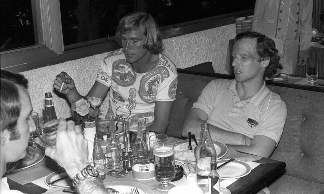 Arquivo 16/01/1978, os rivais James Hunt e Niki Lauda durante entrevista no Hotel Sheraton no Rio de Janeiro Foto: Wilson Alves / AOG