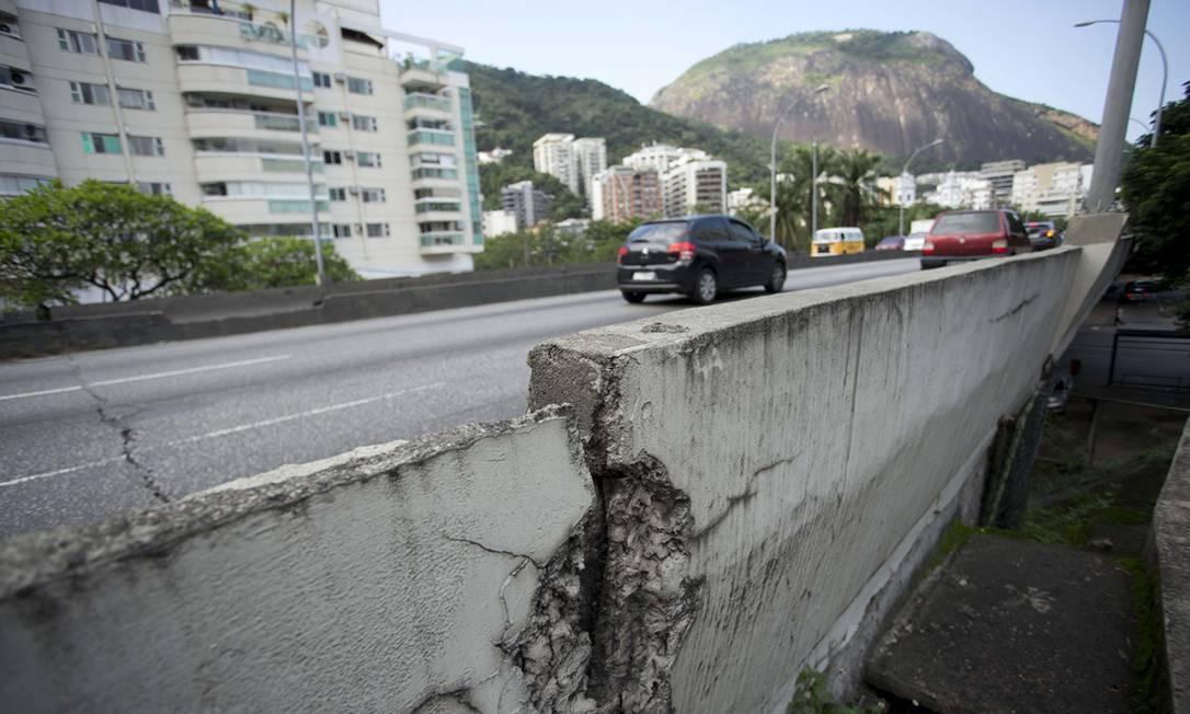 Viaduto Saint Hilaire, na Lagoa, tem rachadura na pista e na mureta Foto: Márcia Foletto / Agência O Globo