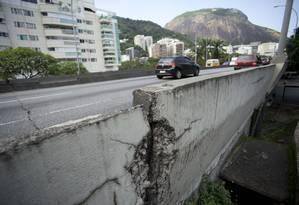 O Viaduto Saint Hilaire, na Lagoa, tem rachadura na pista e na mureta lateral Foto: Márcia Foletto / Agência O Globo
