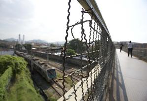 Passarela de pedestres sobre a linha do trem na Avenida Martin Luther King, em Del Castilho Foto: Márcia Foletto / Agência O Globo
