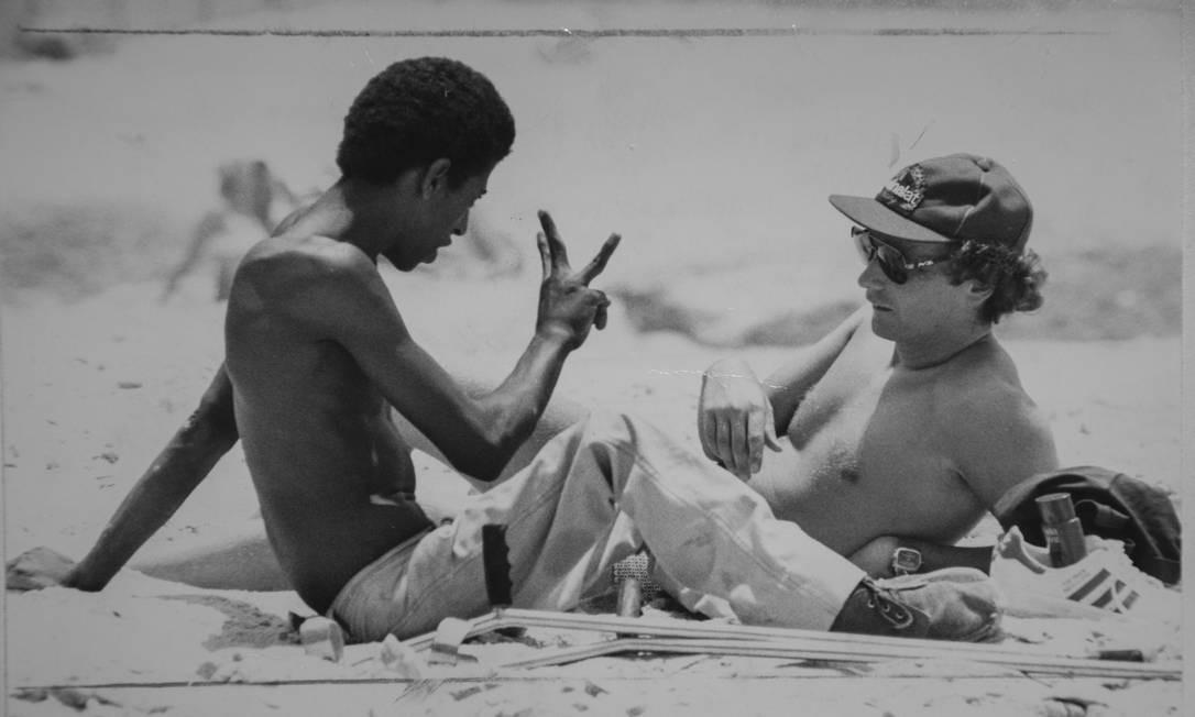 Arquivo 23/01/1978, Niki Lauda conversa com um fã do automobilismo Ricardo Conceição Foto: Anibal Philot / AOG