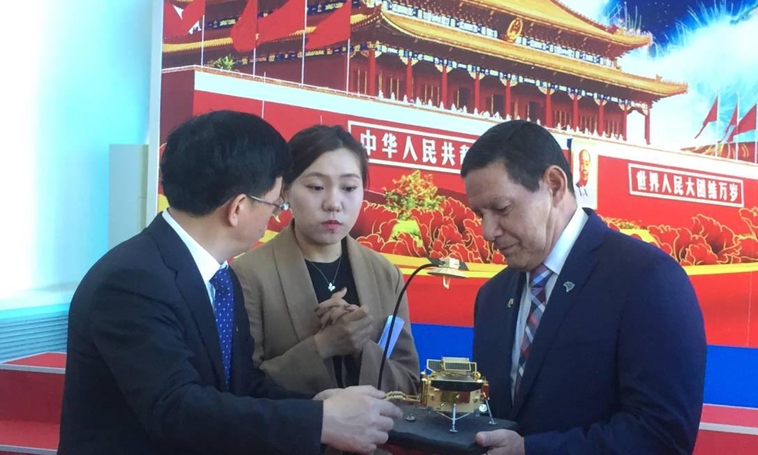 Mourão durante visita à Academia Chinesa de Tecnologia Espacial, em Pequim Foto: Marcelo Ninio