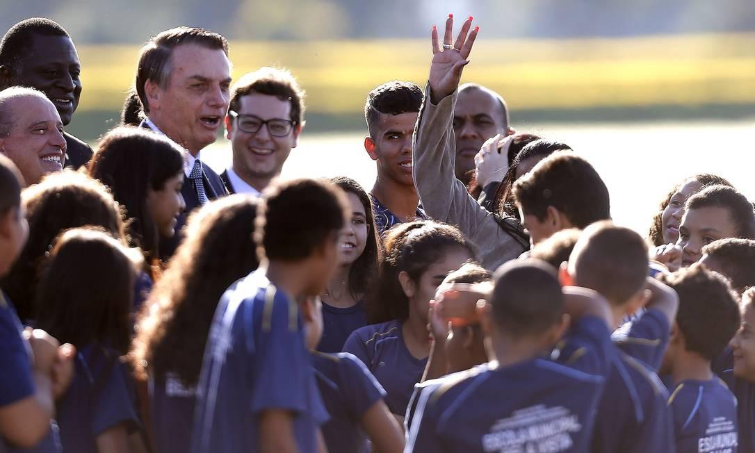 Jair Bolsonaro na cerimônia de hasteamento da bandeira com alunos do 5º ano da escola Bela Vista, do Novo Gama(GO). Foto: Jorge William / Agência O Globo
