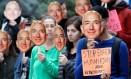 Manifestantes com imagens do presidente-executivo da Amazon, Jeff Bezos, protestam na sede da Amazon, no ano passado, contra a tecnologia de reconhecimento facial da empresa Foto: New York Times