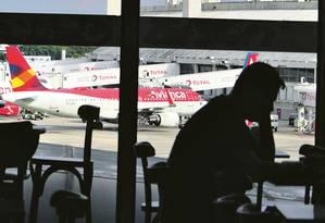 Desde que entrou em crise, participação da Avianca no mercado despencou de 12,6%, em março, para 7,8%, em abril. Número de passageiros caiu de 880 mil para 599 mil no período Foto: Marcelo Carnaval - Agência O Globo