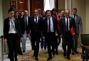 Josep Rull, Jordi Sánchez e Jordi Turull deixam sede do Parlamento espanhol, em Madri; separatistas catalães voltariam à prisão após terem tomado posse dos cargos para os quais foram eleitos Foto: Susana Vera / REUTERS