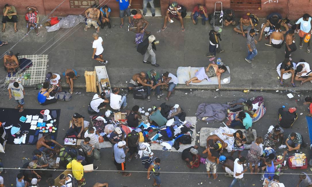 Usuários de drogas ocupam rua da Luz, no centro de São Paulo, em região de livre comércio e uso de drogas Foto: Edilson Dantas / Agência O Globo (04/05/2018)