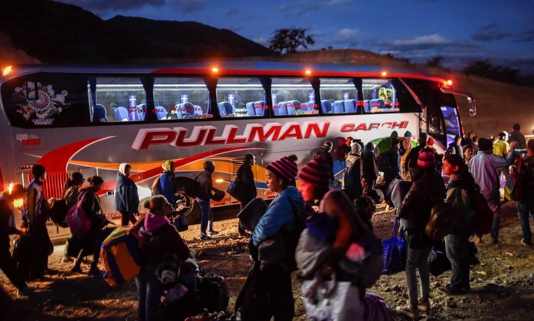 Venezuelanos viajam de ônibus para fugir da crise em seu país Foto: Luis Robayo / AFP