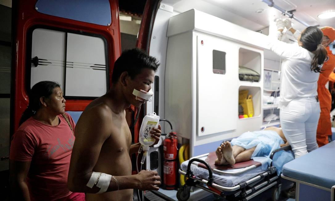 Ambulância leva indígenas feridos após confrontos com guardas venezuelanos na fronteira entre a Venezuela e o Brasil, em Pacaraima, em fevereiro Foto: Ricardo Moraes / REUTERS