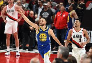 Stephen Curry liderou o Golden State Warriors na vitória sobre o Portland Trail Blazers Foto: Steve Dykes / AFP