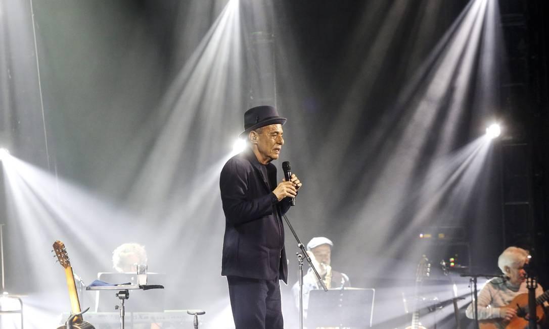 """Chico Buarque na turnê nacional de """"Caravanas"""", título homônimo de seu último álbum. Na foto, o compositor com o chapéu que pertenceu ao músico Wilson das Neves, em 2018 Foto: Marcos Ramos / Agência O Globo"""