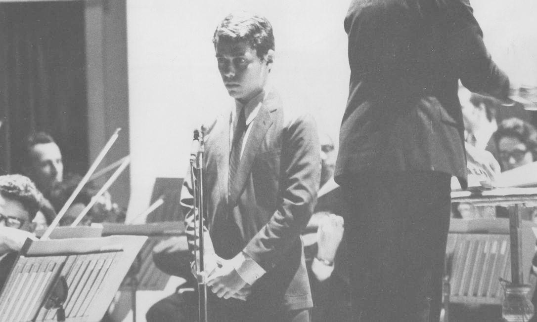 """Chico participa, em 1967, do 17º Concerto da Série Gala, da Orquestra Sinfônica Brasileira, no Teatro Municipal, em que cantou """"Carolina"""" e ouviu, emocionado, a rapsódia composta pelo maestro Lindolfo Gaya e regida pelo maestro Isaac Karabtchewsky Foto: Arquivo O Globo / Agência O Globo"""