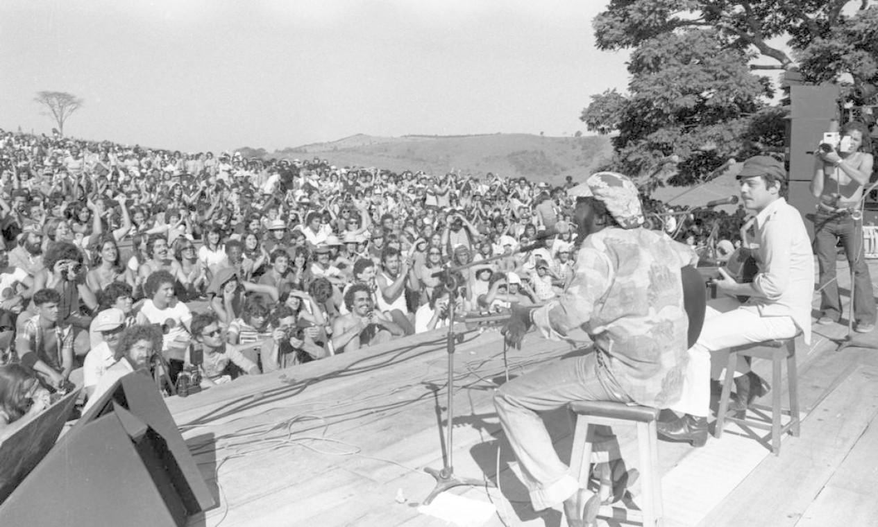 No palco, Milton Nascimento e Chico Buarque, em show realizado em Três Pontas (MG) em 1977 Foto: Paulo Moreira / Agência O Globo