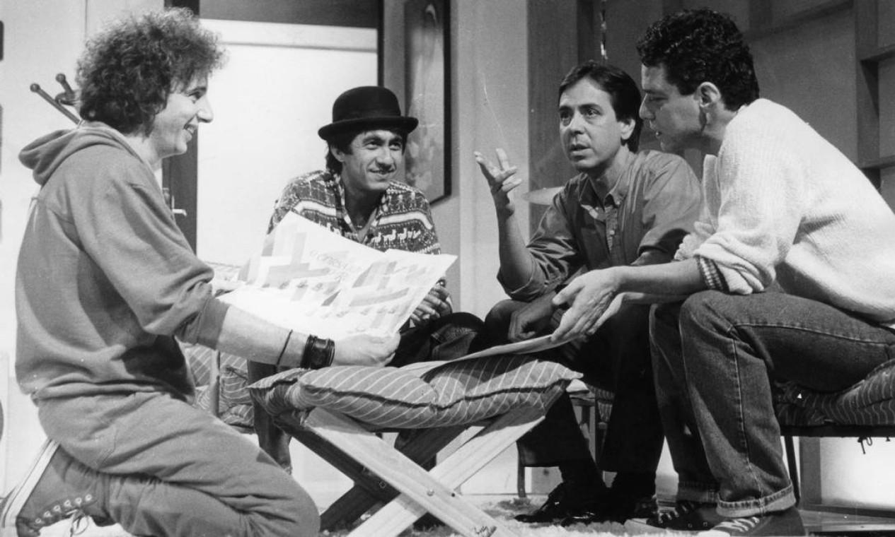 """Marco Nanini, Raimundo Fagner, Edu Lobo e Chico Buarque no programa de TV """"O corsário do rei"""" (1985) Foto: Rede Globo / Divulgação"""