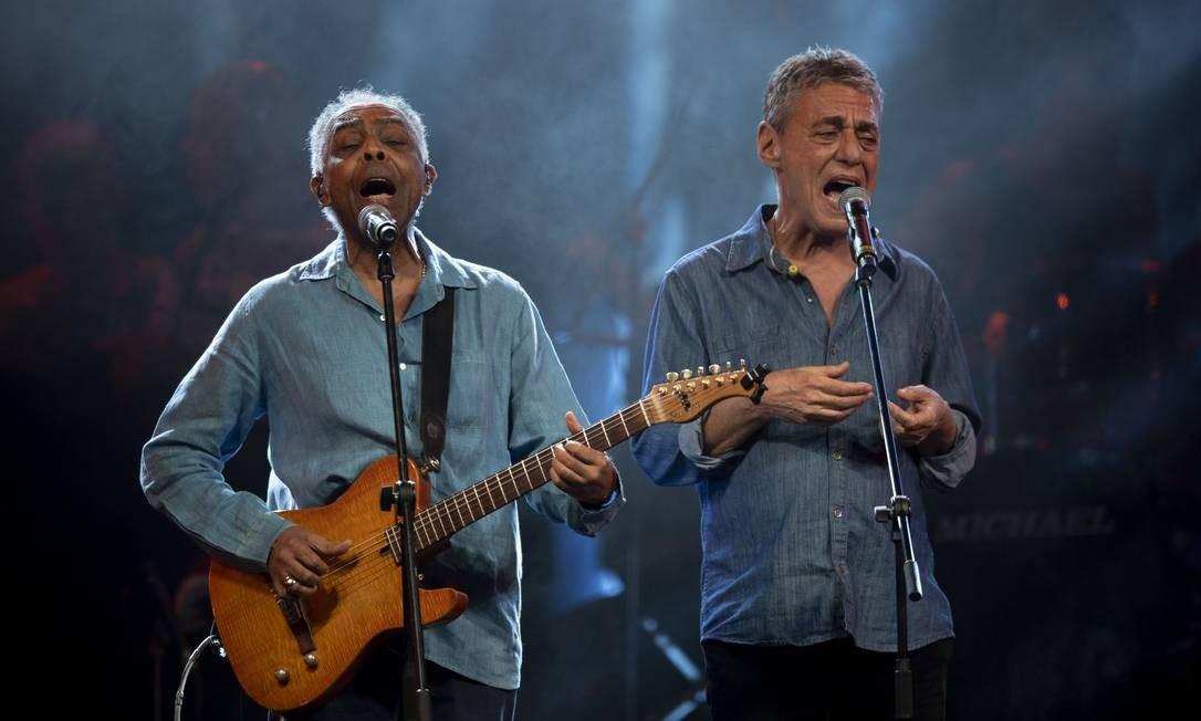 """Em julho de 2018, ao lado de Gilberto Gil, Chico canta no festival """"Lula Livre"""" Foto: MAURO PIMENTEL / AFP"""