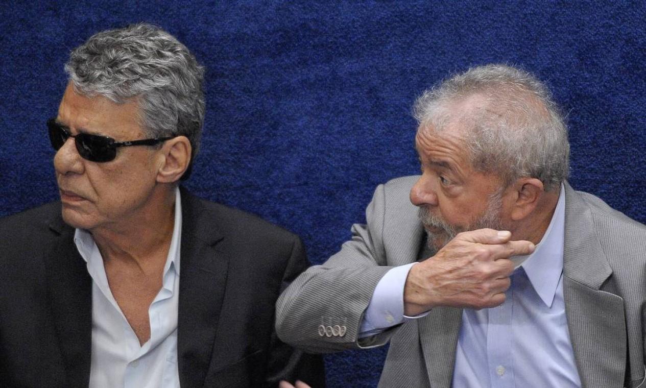 Chico ao lado do ex-presidente Lula, no plenário do Senado Federal, durante sessão deliberativa extraordinária para votar a Denúncia 1/2016, que trata do julgamento do processo de impeachment da presidente afastada Dilma Rousseff por suposto crime de responsabilidade fiscal Foto: Pedro França / Agência Senado