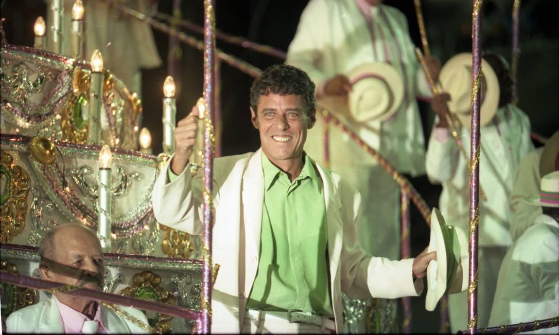 """Chico Buarque em desfile da escola de samba Estação Primeira de Mangueira, que levou para a avenida o enredo """"Chico Buarque da Mangueira"""", no carnaval de 1998 Foto: Marcelo Carnaval / Agência O Globo"""