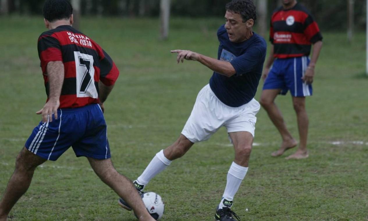 Chico Buarque joga partida de futebol durante a Festa Literária Internacional de Parati em 2004 Foto: Marcos Tristão / Agência O Globo