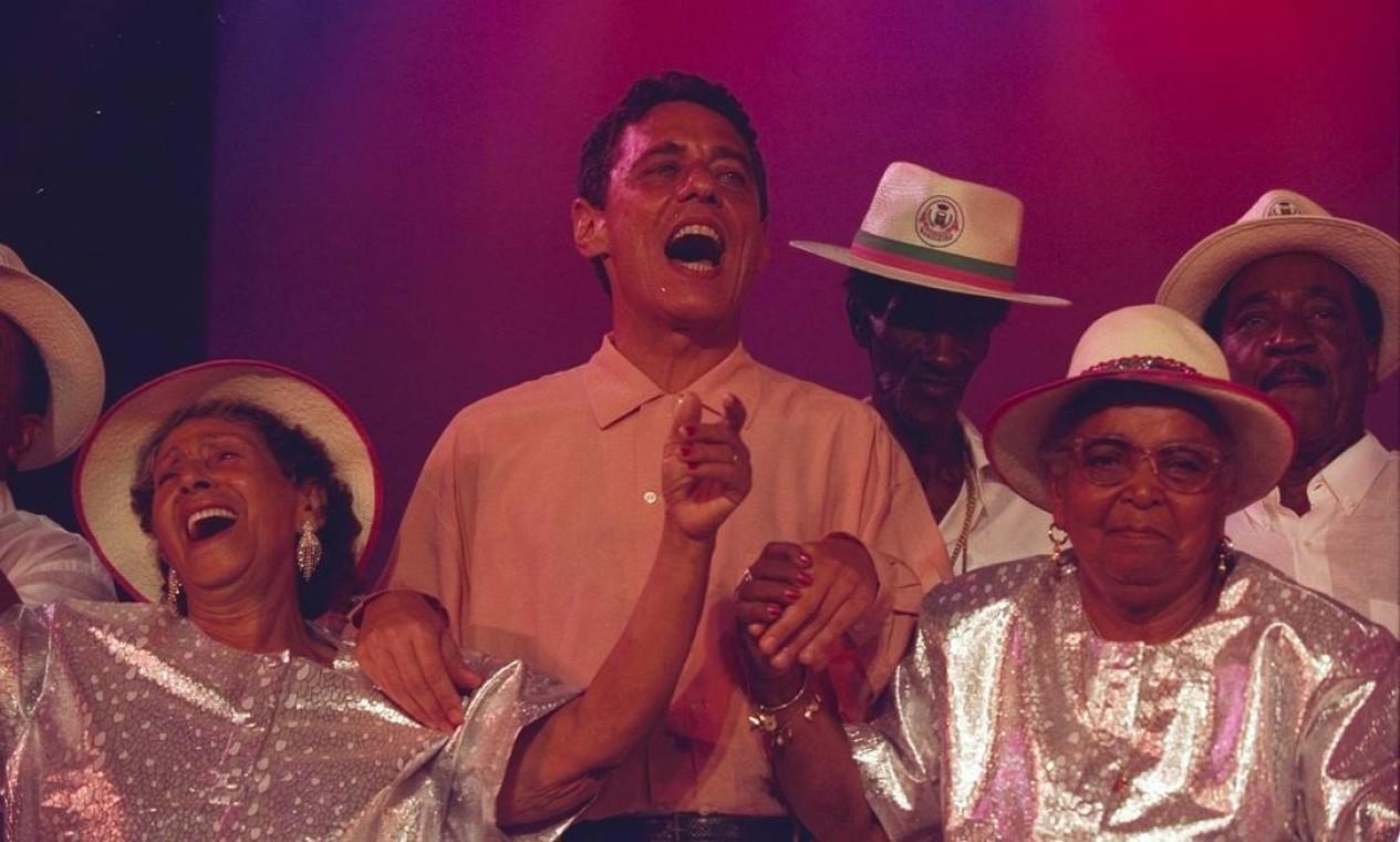 Show no Canecão, ao lado de Dona Neuma, Dona Zica e integrantes da Mangueira, em novembro de 1997 Foto: Custódio Coimbra / Agência O Globo