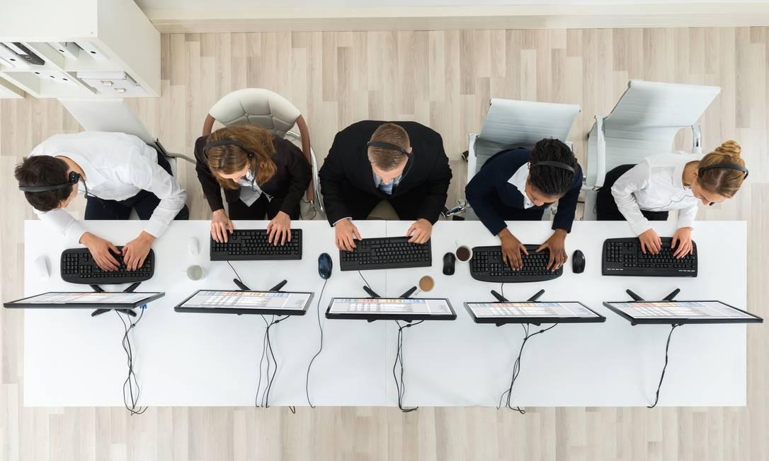 SOC - Telemarketing, pessoas trabalhando. sedentarismo.