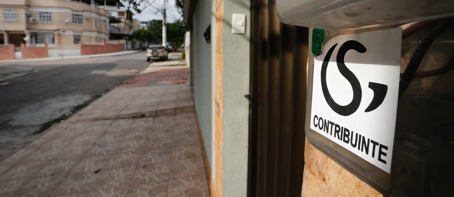 Adesivos de um grupo de seguranças nas vias de Irajá, como a Rua Vereador Alexandre Soares Foto: Pablo Jacob / Agência O Globo