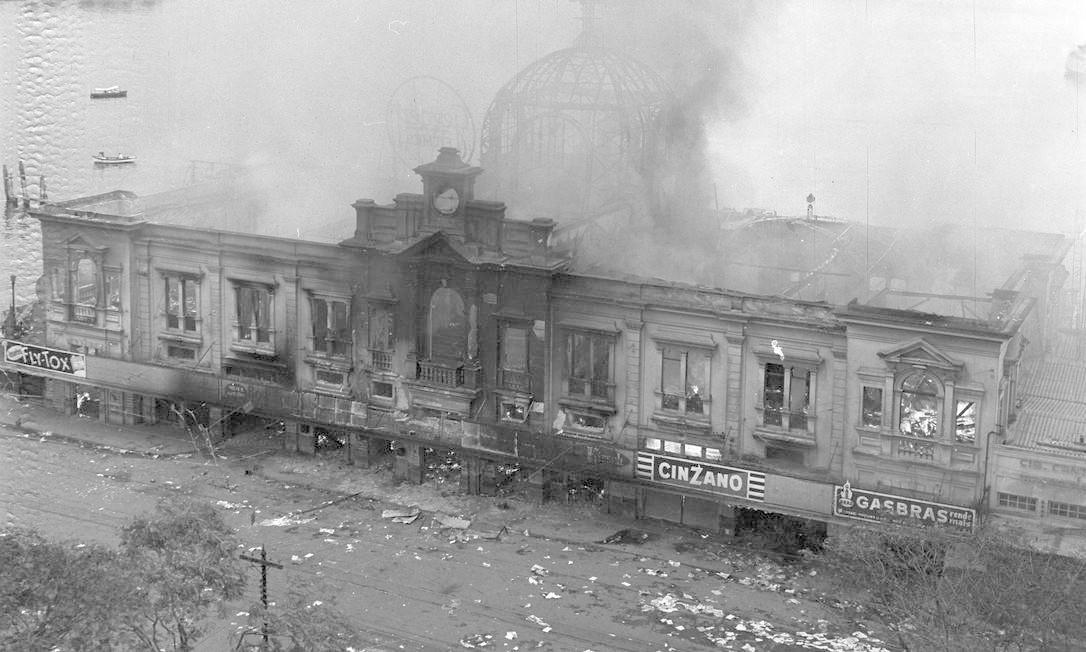 A estação das barcas na Praça Araribóia totalmente destruída após ser incendiada e depredada Foto: Arquivo/O Globo