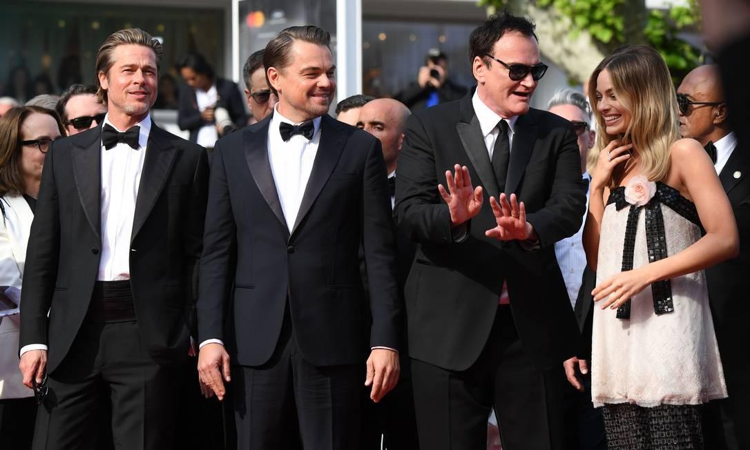 Os astros Brad Pitt, Leonardo DiCaprio e Margot Robbie com o diretor Quentin Tarantino no tapete vermelho de Cannes Foto: LOIC VENANCE / AFP