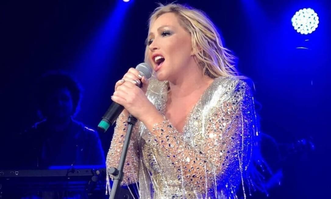 A cantora Deborah Blando em show recente Foto: Divulgação