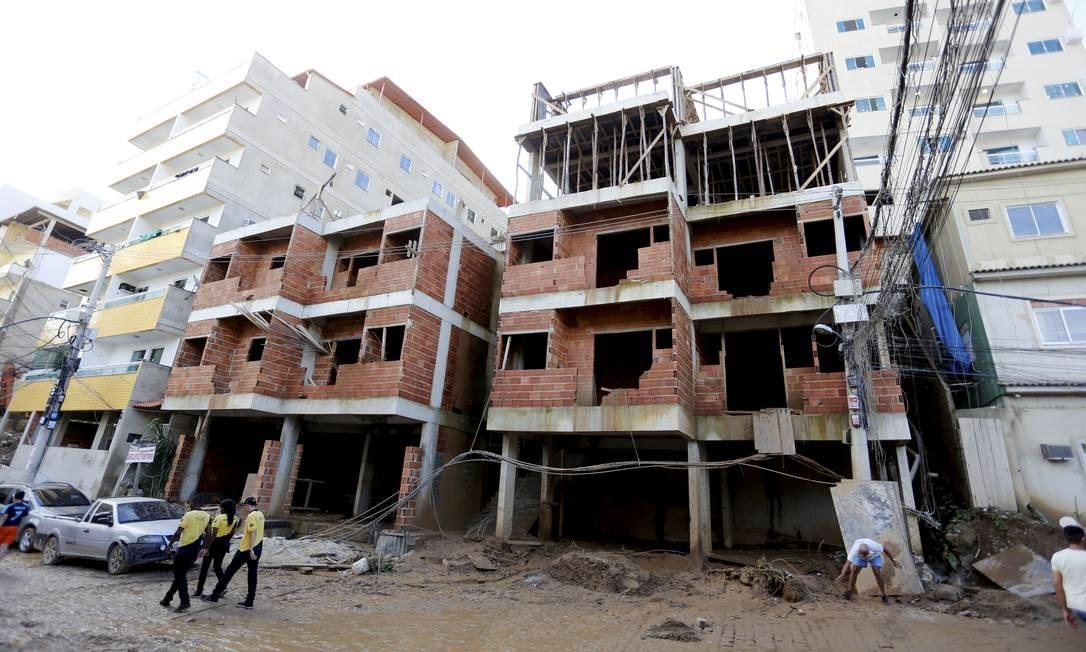 Prédios em construção na Muzema, área dominada por milícia Foto: Marcelo Theobald / Agência O Globo