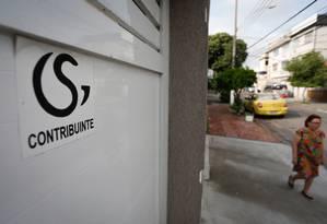 Adesivos de um grupo de seguranças nas vias de Irajá, como a Rua São Leonardo Foto: Pablo Jacob / Agência O Globo