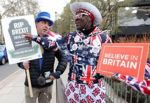 Manifestantes contra e a favor do Brexit fazem campanha um ao lado do outro em Londres Foto: ISABEL INFANTES / AFP-13-03-2019