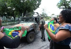 Protesto de parentes e amigos na Vila Militar depois do enterro Foto: Guilherme Pinto / Agência O Globo