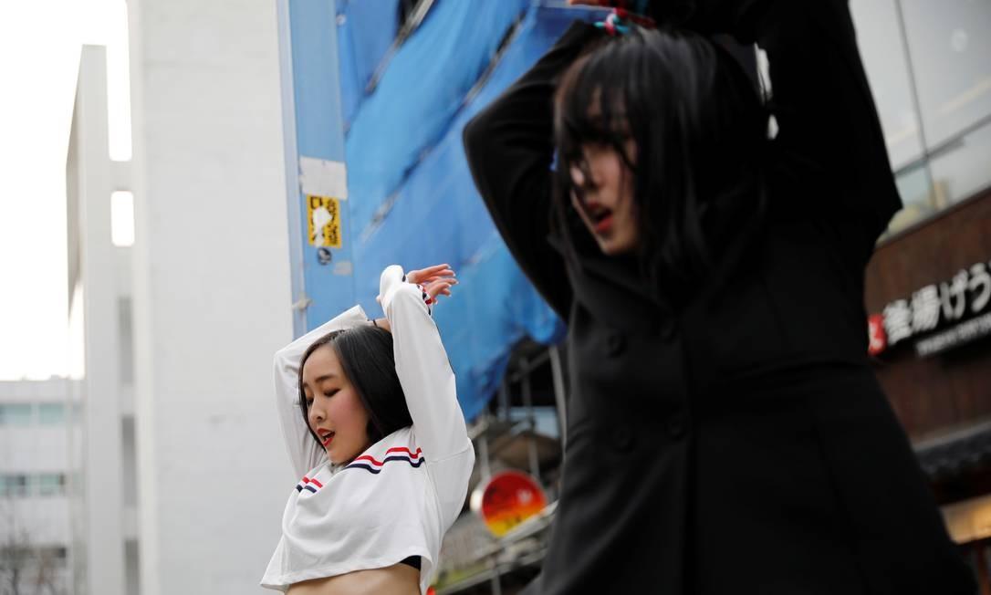 Com a amiga Ibuki Ito, Hasumi se apresenta na área de Hongdae em Seul, Coréia do Sul Foto: Kim Hong-Ji / REUTERS