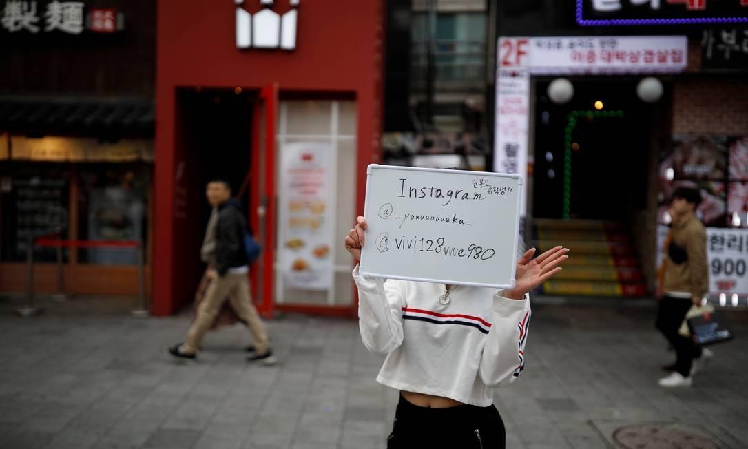 Yuuka Hasumi promove sua conta no Instagram durante a sua apresentação na área Hongdae de Seoul, Coréia do Sul Foto: Kim Hong-Ji / REUTERS